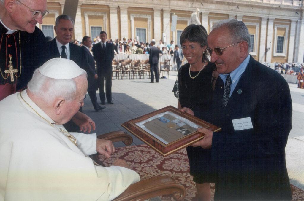 Consegna Targa a Giovanni Paolo II